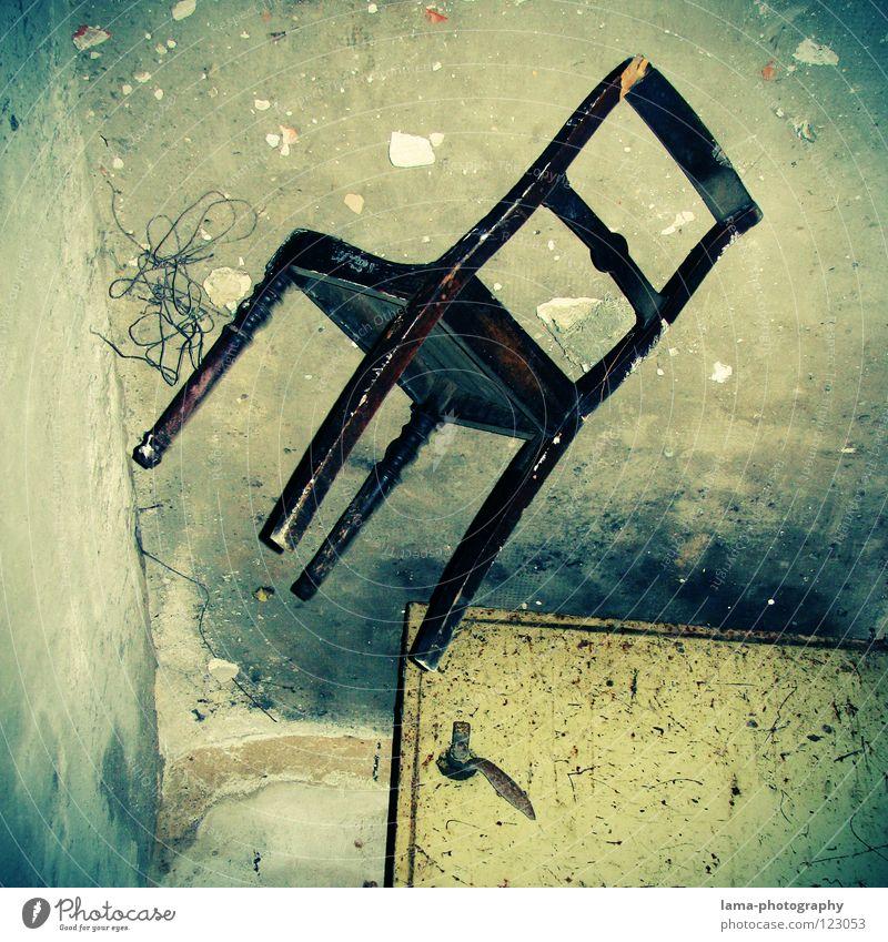 chAIR Sessel Schweben bezaubernd Zauberei u. Magie Zauberer Luft Schwerelosigkeit abgehoben Trick alt Schrott Tür Stahl Holz Holzstuhl Mauer Wand Ecke unten