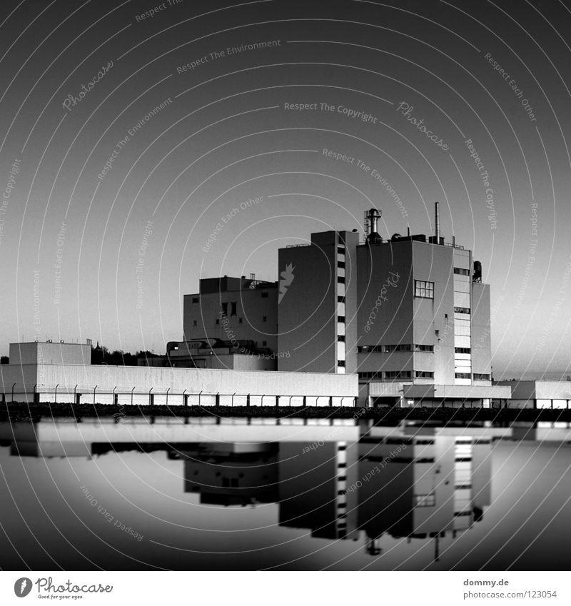 corp. Haus Gebäude Mauer Beton Reflexion & Spiegelung Zaun Gelände schwarz weiß Farbverlauf Unschärfe Fenster Arbeit & Erwerbstätigkeit Arbeitsplatz geschlossen