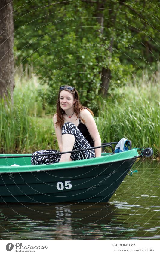 Flussfahrt Mensch feminin Junge Frau Jugendliche Erwachsene 1 18-30 Jahre Umwelt Natur Landschaft Baum Gras Flussufer Sonnenbrille brünett Lächeln Fröhlichkeit