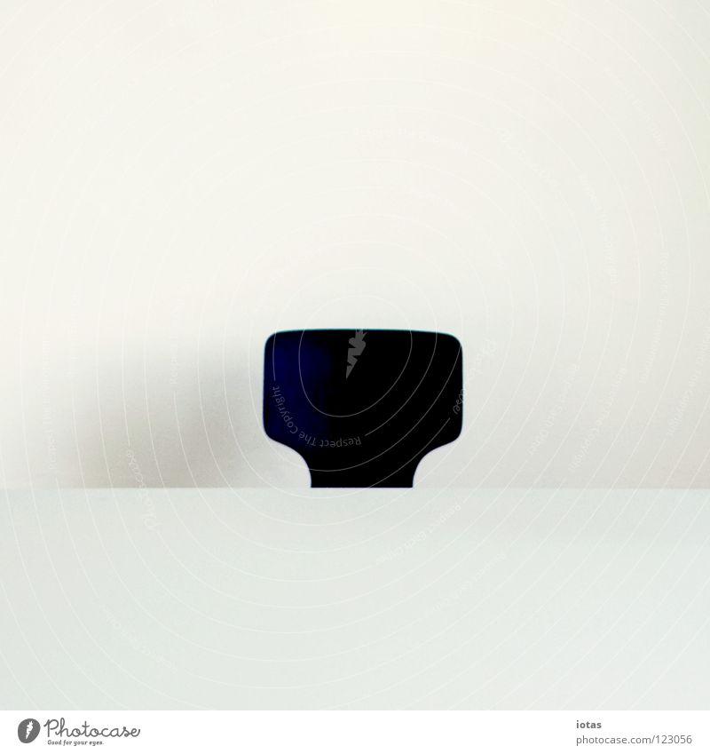 . Wand Tisch Labor Wissenschaften sehr wenige steril Dinge kalt abstrakt ruhig gestellt Gute Nacht Konzentration Freisteller Stuhl white cube weglassung planen