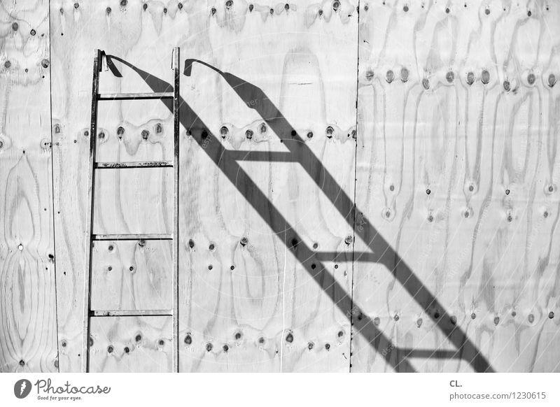 leiter Arbeit & Erwerbstätigkeit Handwerker Baustelle Schönes Wetter Leiter Holzwand Pause stagnierend Schwarzweißfoto Außenaufnahme Menschenleer Tag Licht
