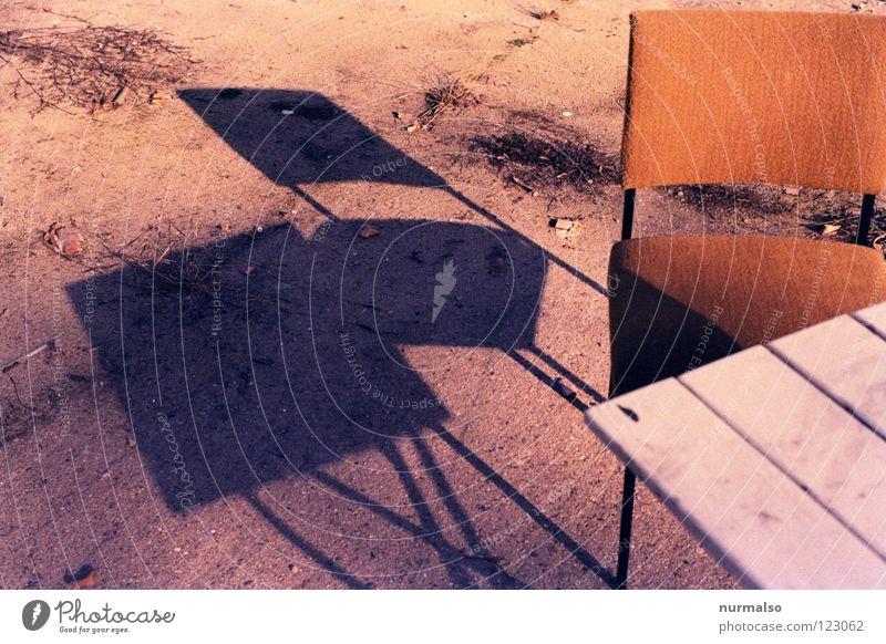 nimm doch Platz schön Sonne dunkel Wärme Garten Beine hell Wohnung warten Beton Tisch Bodenbelag Stuhl Physik Dorf