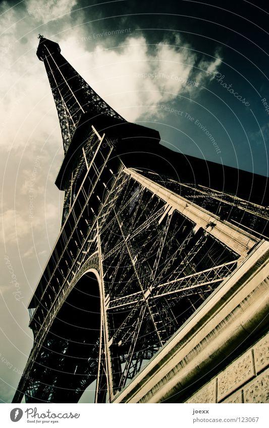 Symbol Ausland Bauwerk bedrohlich dramatisch Tour d'Eiffel Eisen Frankreich grau historisch Ausflug Paris Stahl Symbole & Metaphern Tourismus