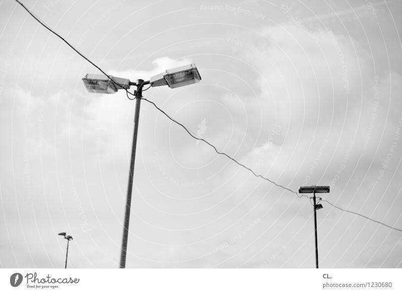 laterne Himmel Wolken Laternenpfahl Kabel Leitung Perspektive Ziel Schwarzweißfoto Außenaufnahme Menschenleer Tag
