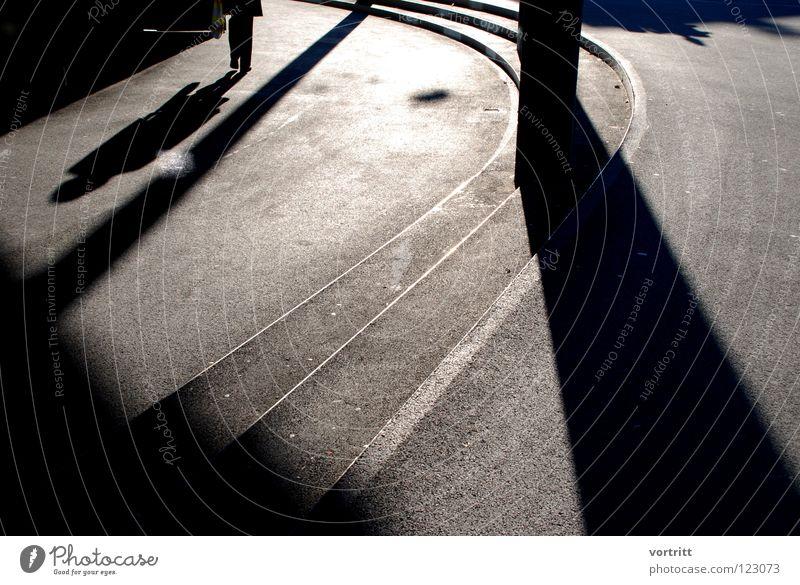 Inzidenzwinkel Mensch Sonne Winter Einsamkeit Straße dunkel hell Angst Beton Treppe modern Kurve Säule Lichtspiel graphisch