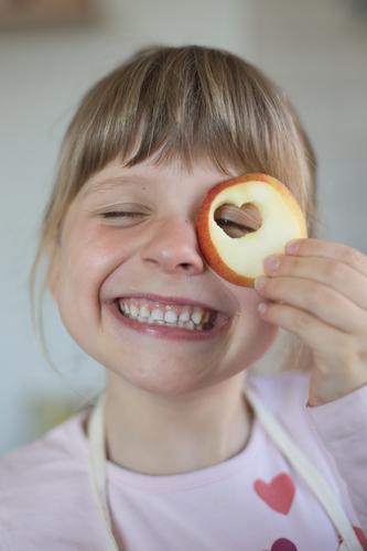 ich mag Äpfel Frucht Apfel Mensch feminin Kind Mädchen Kindheit 1 3-8 Jahre festhalten Lächeln lachen Blick frech Freundlichkeit Fröhlichkeit frisch lustig