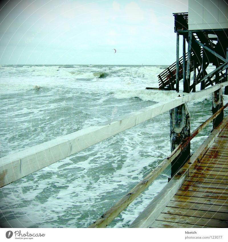 Wassermusik Meer Strand Steg Hochwasser Wellen Gischt nass salzig Meerwasser Unwetter Sturm Naturgewalt hilflos Wind Leidenschaft Herbst Flut Sturmflut Wetter