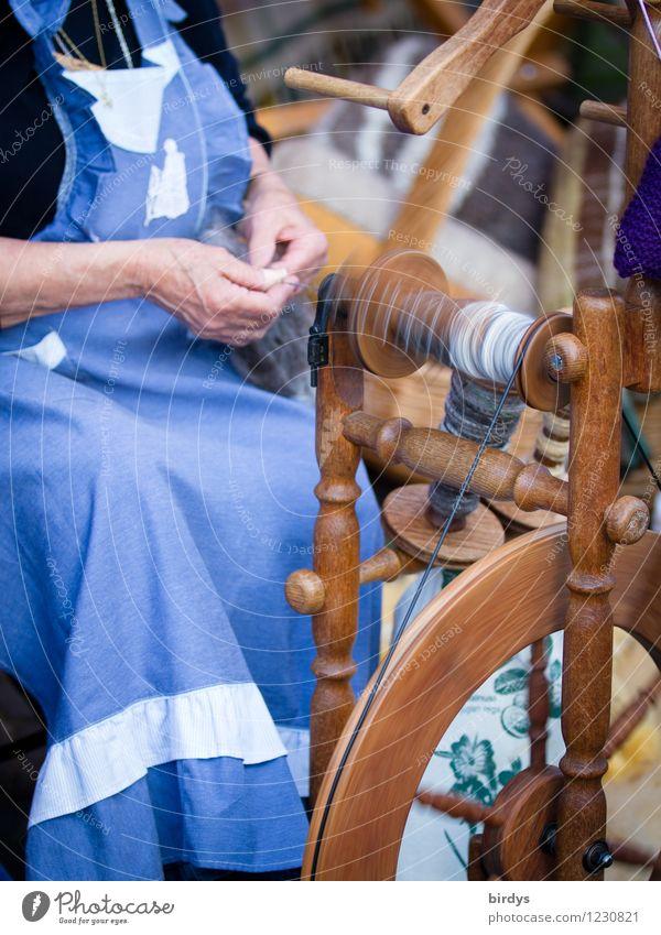 umweltfreundliche Spinnerei Mensch Frau Hand Leben Senior Arbeit & Erwerbstätigkeit Zufriedenheit Körper authentisch sitzen ästhetisch 60 und älter historisch