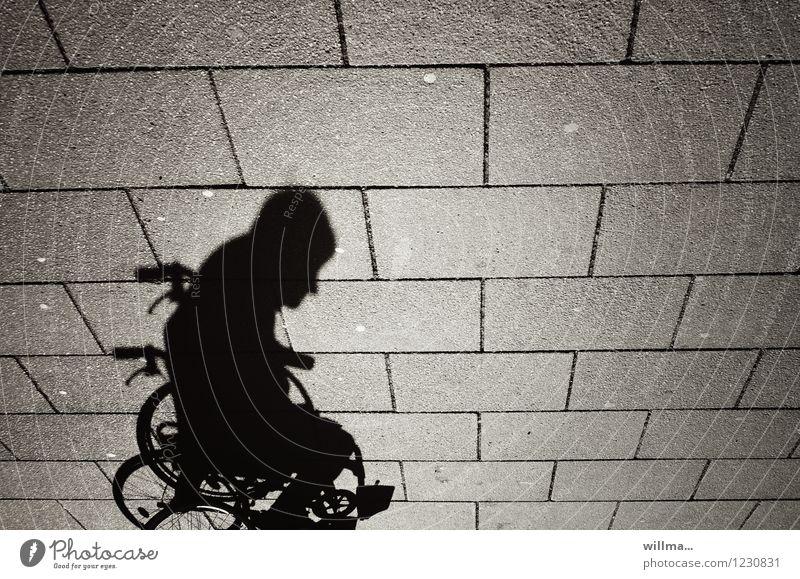 christoph Mensch Mann Einsamkeit Erwachsene Mobilität Behinderte Bodenplatten Schattenspiel Seniorenpflege Rollstuhl Schattenseite pflegebedürftig
