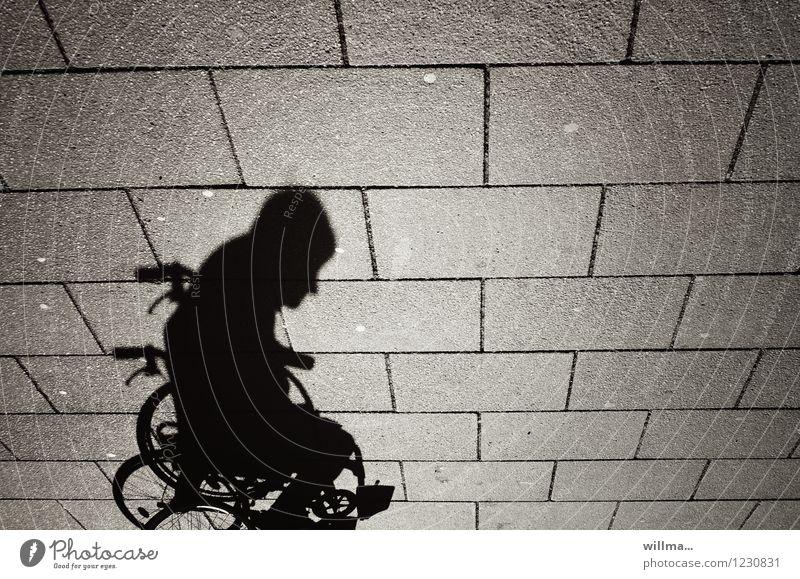 schatten eines menschen im rollstuhl Mensch Mann Erwachsene 1 Mobilität Rollstuhl Schatten Schattenspiel Schattenseite Behinderte Bodenplatten Schattendasein