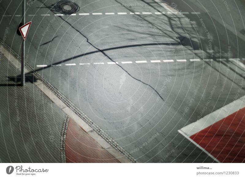 übergänge weiß rot Straße grau Verkehr Asphalt Verkehrswege Straßenverkehr Verkehrsschild Verkehrszeichen Fußgängerübergang Markierungslinie Vorfahrt