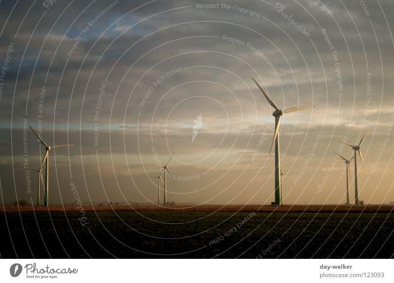 Die weißen Riesen Wolken Gelände Windkraftanlage Propeller Versorgung Elektrizität Drehung Macht Dämmerung Sonnenuntergang Licht dunkel Reflexion & Spiegelung