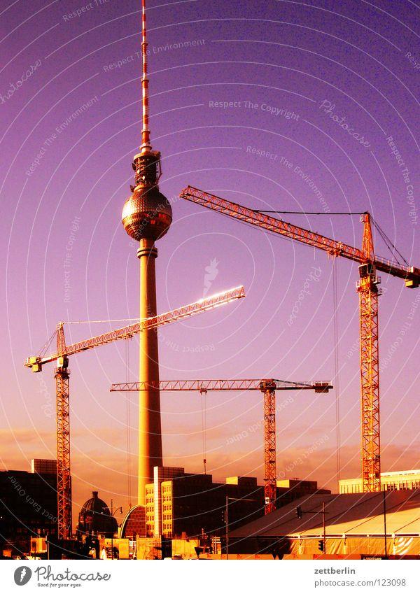 Fernsehkran Alexanderplatz Kran Baustelle himmelblau Deutscher Dom Montage Demontage Stadt Stadtzentrum Wahrzeichen Denkmal Berlin Himmel Berliner Fernsehturm