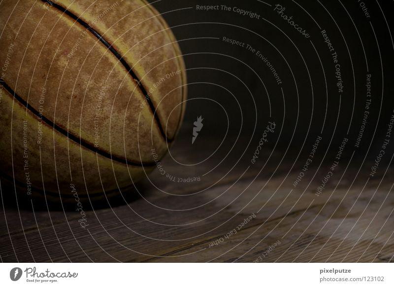früher, als ich noch jung war... Spielen vergessen dunkel Vergangenheit Spieler La Défense Spielplatz braun Parkett Holz Splitter Leder Gummiball Foul