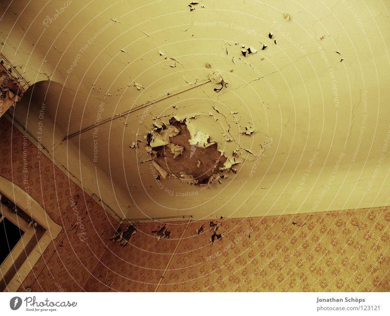 alles gute kommt von oben ... Tapete Raum Wohnzimmer Tür alt fallen hoch kaputt braun gelb rot Farbe Verfall Vergänglichkeit Zerstörung verfallen Wand Leitung