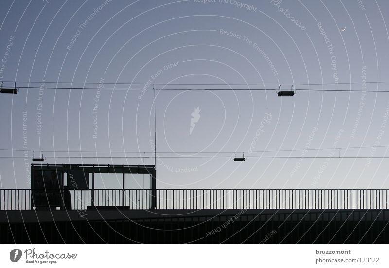 bad moon rising Wartehäuschen Dämmerung Straßenbeleuchtung Lampe Öffentlicher Personennahverkehr Sichelmond Fahrplan Brücke Bus warten Geländer Bushalte Station