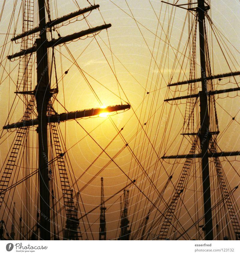 sonnensegel 2 Segelschiff Windjammer tiefstehend Sonnenuntergang Takelage schlechtes Wetter Kran Fernweh Erwartung Außenaufnahme Gegenlicht schön Meer