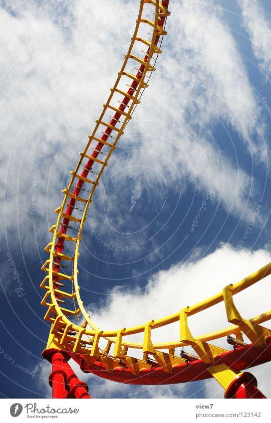 und hoch. Himmel blau rot Freude gelb Farbe Spielen Wind Horizont Eisenbahn Geschwindigkeit fahren Freizeit & Hobby schreien Stahl