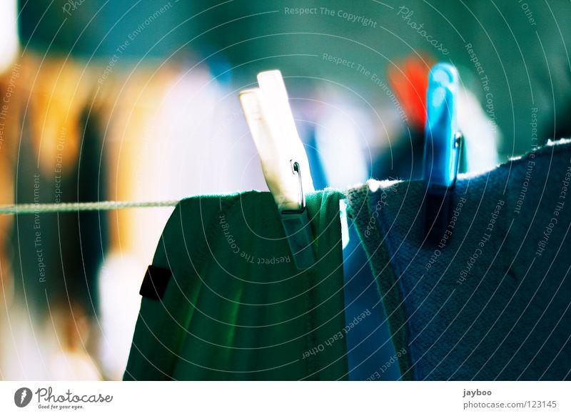 Waschtag weiß grün blau rot grau nass Seil frisch T-Shirt Sauberkeit rein trocken Pullover Wäsche