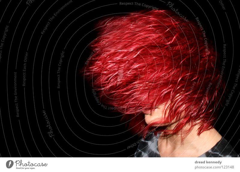 Red Head Farbfoto Innenaufnahme Textfreiraum links Textfreiraum oben Textfreiraum unten Blitzlichtaufnahme Zentralperspektive Wegsehen Haare & Frisuren Mensch