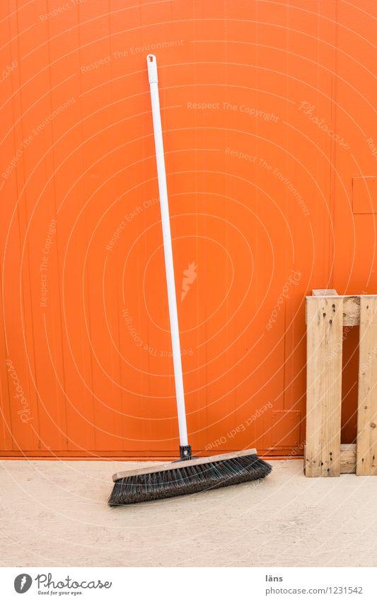 besenrein Haus Wand Mauer Fassade orange stehen einfach Reinigen Bauwerk Besen Paletten gewissenhaft