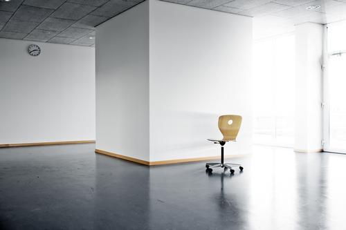 single chair Büro leer Sauberkeit Licht Sonnenlicht Sonnenstrahlen Uhr Wand Fenster Tanzfläche Architektur Raum room Arbeit & Erwerbstätigkeit school empty
