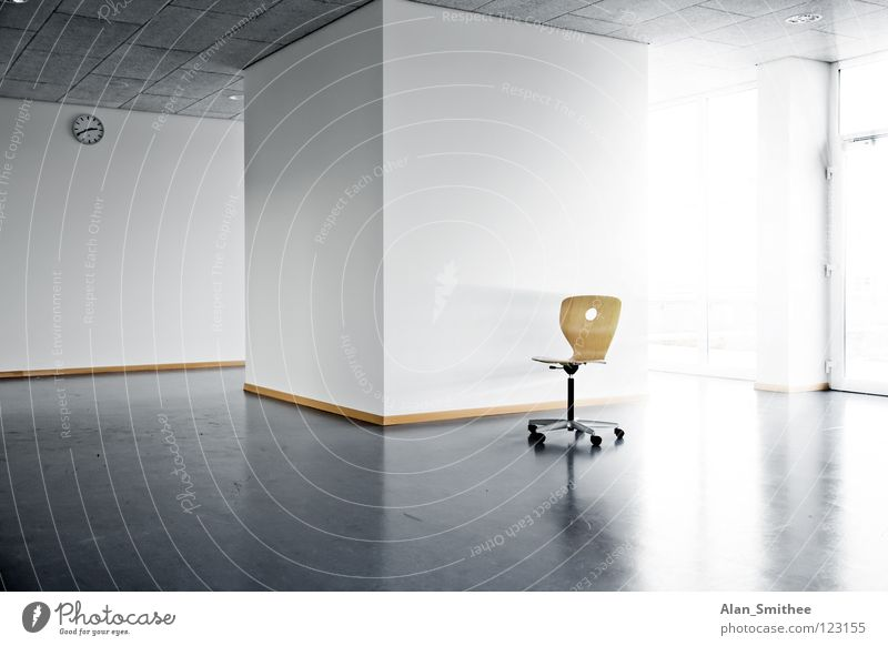 single chair Sonne Wand Fenster Architektur Mauer Büro Business hell Arbeit & Erwerbstätigkeit Raum Schulgebäude leer Uhr Stuhl Sauberkeit Sitzgelegenheit