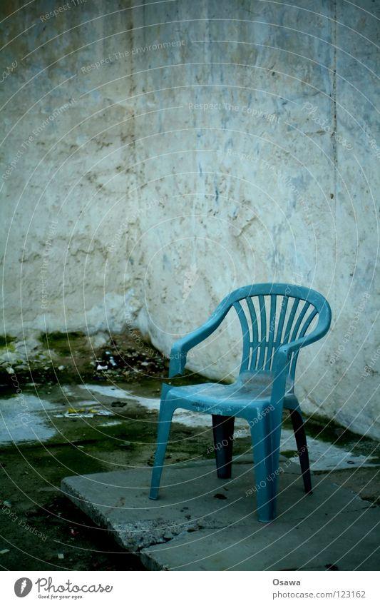 Der Sommer kann kommen alt blau Wand grau Stein dreckig Beton Ecke kaputt Trauer Stuhl Kunststoff Möbel Verzweiflung Terrasse