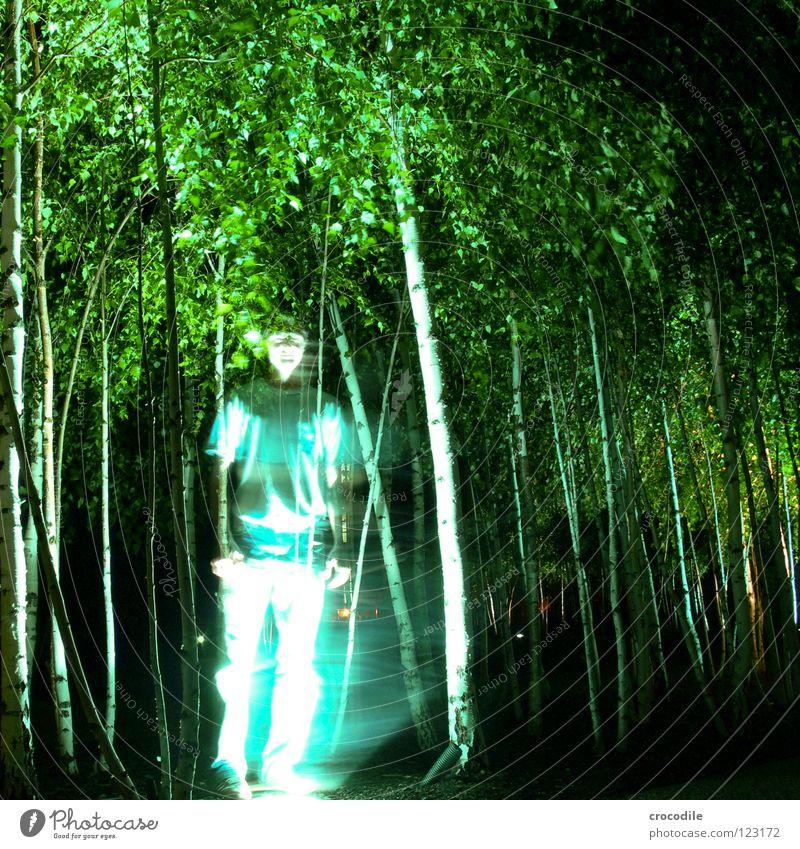 urban ghost Baum geheimnisvoll Hose Mann durchsichtig mystisch Lampe Beleuchtung T-Shirt Langzeitbelichtung Geister u. Gespenster Mensch jungendlich Unschärfe