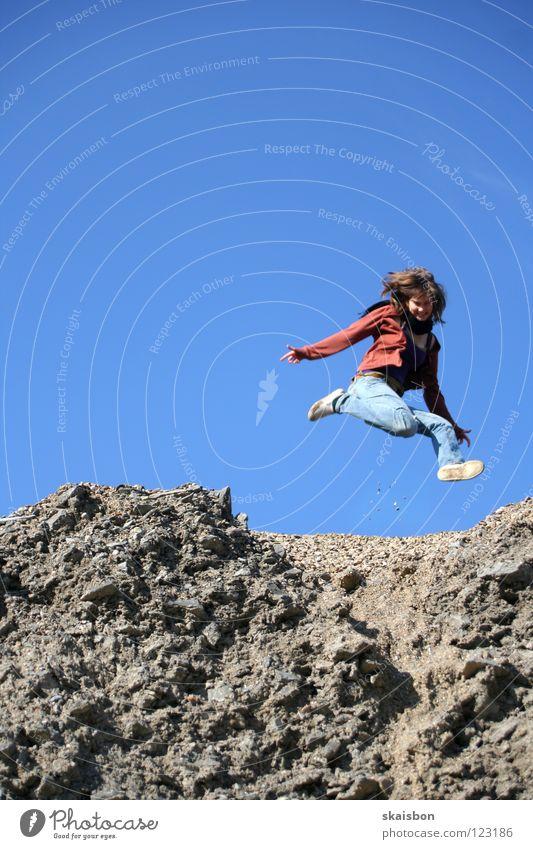 she`s so high Mensch Frau Jugendliche blau Freude Ferne Spielen Berge u. Gebirge oben grau Bewegung springen Stein hoch Luftverkehr Aktion
