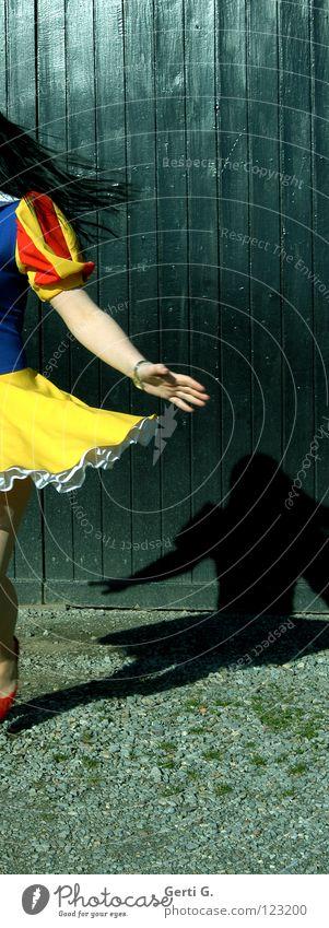 turn around, baby Schneewittchen Märchen Kleid Unterrock Schwung Swing Dreharbeit Drehung gelb rot schwarz Mädchen Frau schwungvoll Schwindelgefühl drehen Hand