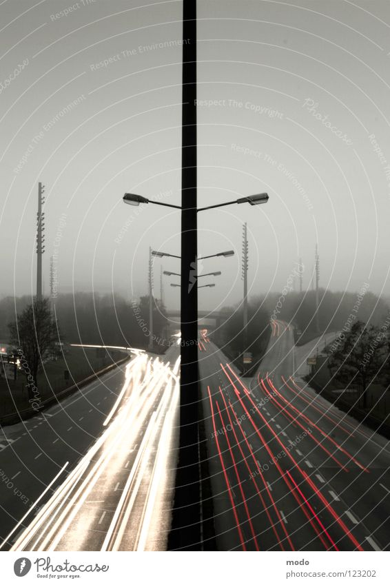 Lichtgeschwindigkeit Geschwindigkeit Lampe Langzeitbelichtung dunkel Nacht grau rot gelb Symmetrie Abzweigung Autobahnauffahrt Ferne PKW Strommast Abend Straße