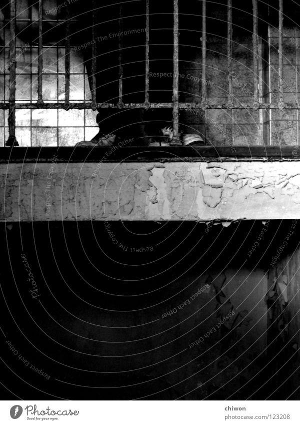 1/2 alt weiß dunkel Gefühle oben Schuhe Beine Raum stoppen unten Tunnel Geländer Halt Justizvollzugsanstalt Gitter Höhle