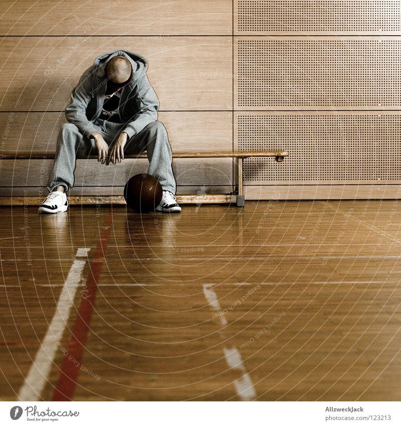 am Boden zerstört Mann Einsamkeit Sport Spielen Traurigkeit Denken Sportler warten sitzen Ball Bank Wut Verzweiflung Langeweile Lagerhalle verloren