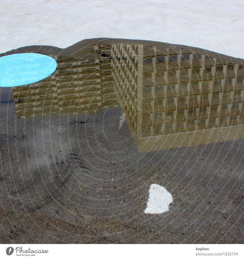 Bodenkunst Wasser Stadt Haus Hochhaus Bodenbelag Beton blau braun grau Architektur Pfütze Kreis Spiegelbild Asphalt Farbfoto Außenaufnahme Textfreiraum oben Tag