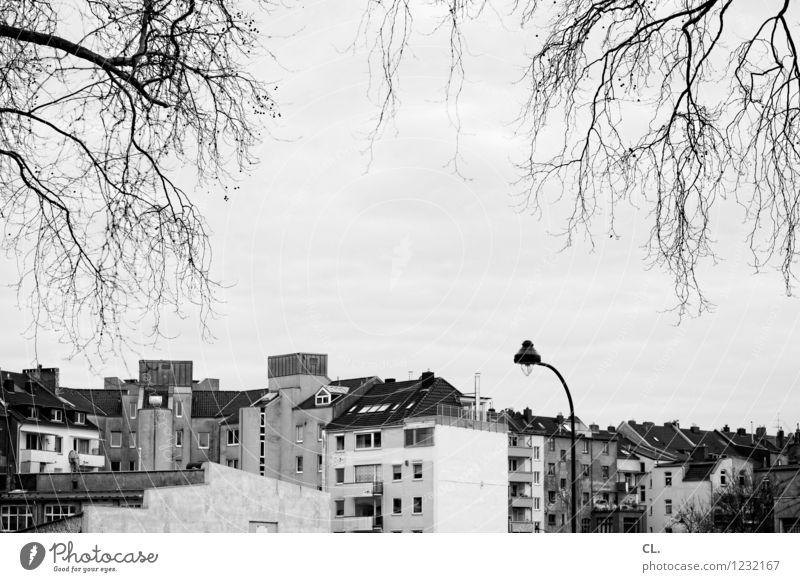 urban Himmel Herbst Winter Düsseldorf Stadt Haus Gebäude Architektur Straßenbeleuchtung Häusliches Leben Schwarzweißfoto Außenaufnahme Menschenleer Tag