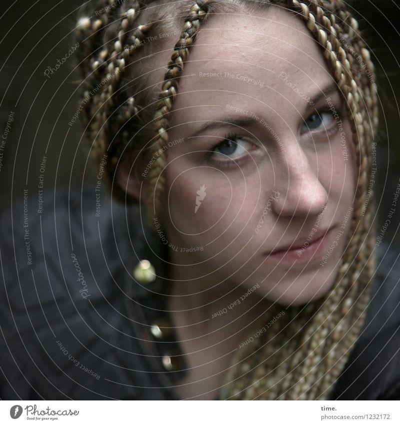 . feminin Frau Erwachsene 1 Mensch Jacke blond langhaarig Rastalocken beobachten Denken Blick warten schön Gefühle selbstbewußt Coolness Willensstärke Vertrauen