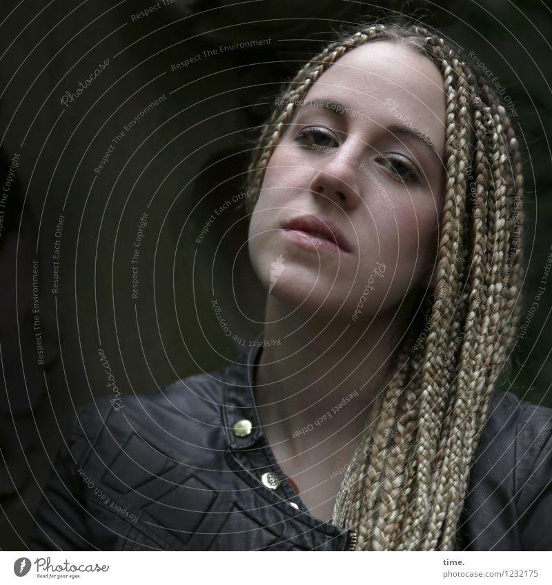 . Mensch Frau schön Erwachsene feminin Denken Haare & Frisuren authentisch blond warten beobachten Coolness Wachsamkeit Jacke langhaarig selbstbewußt
