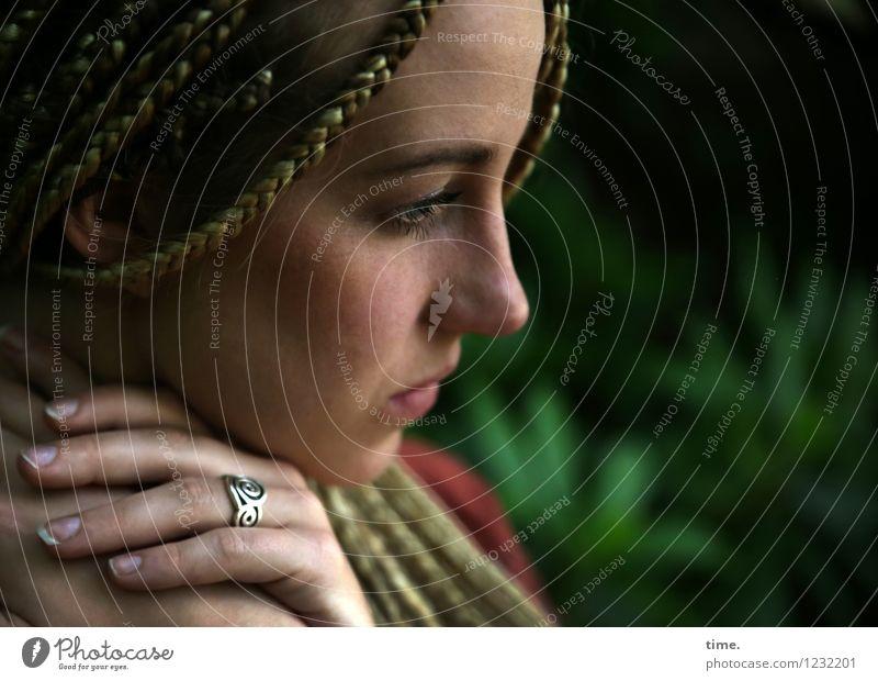 . feminin Frau Erwachsene 1 Mensch Park Ring blond langhaarig Rastalocken beobachten Denken Erholung Blick träumen schön Gefühle Stimmung Zufriedenheit Schutz