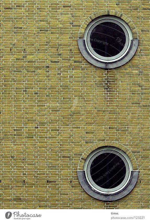 Das Runde im Eckigen (I) Wand Fenster Mauer Stein Wohnung außergewöhnlich Bauwerk Backstein Loch Treppenhaus seltsam Mörtel Hafencity Bullauge