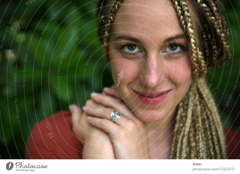 . feminin Frau Erwachsene 1 Mensch Park Hemd Ring blond langhaarig Zopf Rastalocken beobachten Lächeln Blick schön Glück Zufriedenheit Lebensfreude Leidenschaft