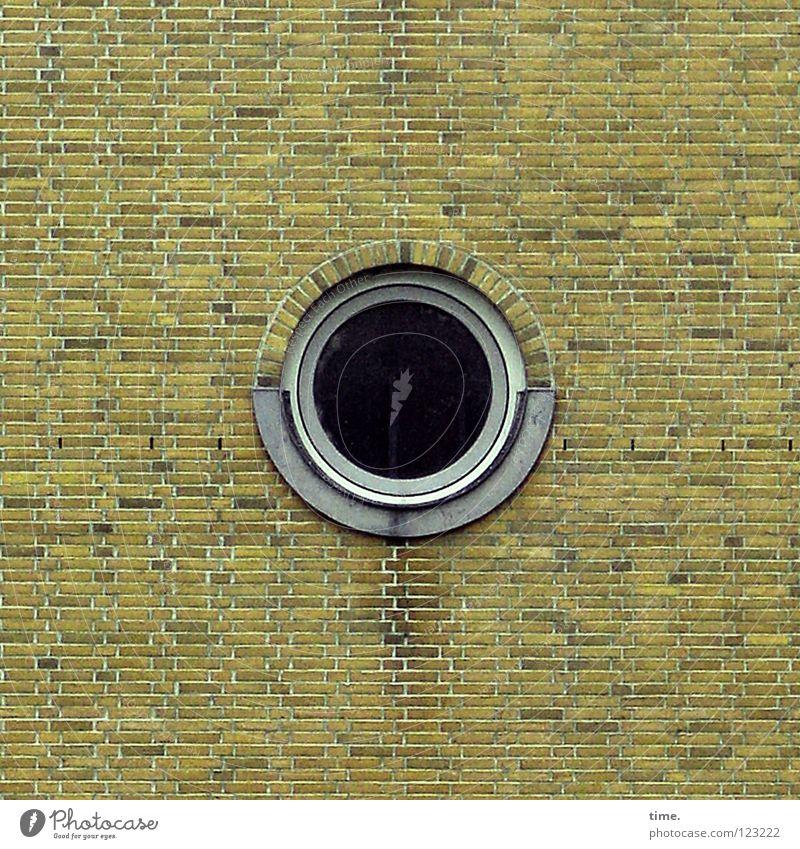 Das Runde im Eckigen (II) Wand Fenster Mauer Stein Wohnung außergewöhnlich Bauwerk Backstein Loch Treppenhaus seltsam Mörtel Hafencity Bullauge