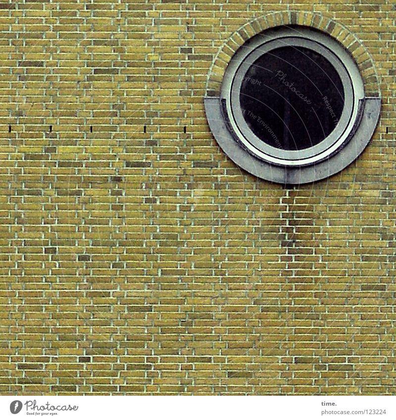 Das Runde im Eckigen (IV) Wand Fenster Mauer Stein Wohnung außergewöhnlich Bauwerk Backstein Loch Treppenhaus seltsam Mörtel Hafencity Bullauge