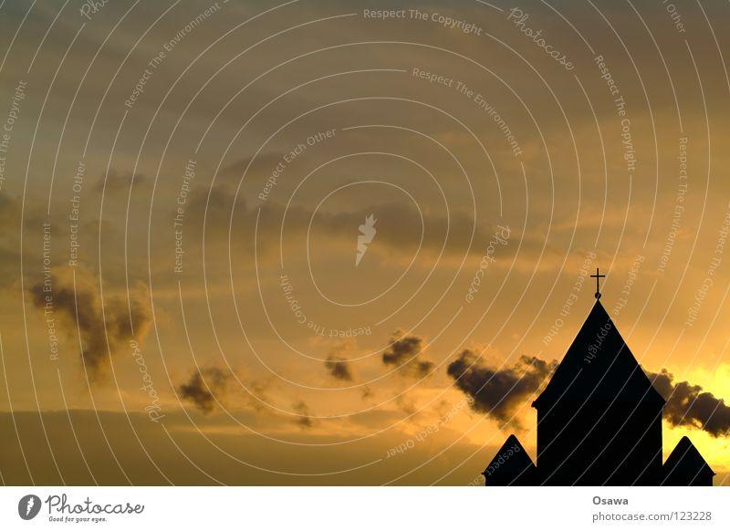 Sonnenaufgang in der Sonntagstraße 2 Himmel blau rot Wolken Gebäude Religion & Glaube orange Rücken Hoffnung Dach Vertrauen Gott Paradies Christentum Götter