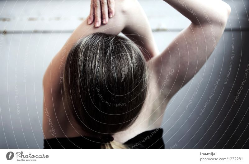 Verrenkung Mensch Frau Jugendliche Junge Frau Einsamkeit 18-30 Jahre dunkel schwarz Erwachsene Leben feminin grau außergewöhnlich authentisch verrückt Tanzen