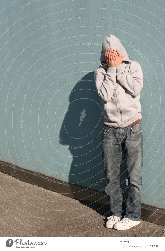 Kapuzenmann türkis Wand Mann stehen bodenständig standhaft gesichtslos Hand Schutz Jugendliche schützend fremd anonym Identität Beruf Arbeitslosigkeit