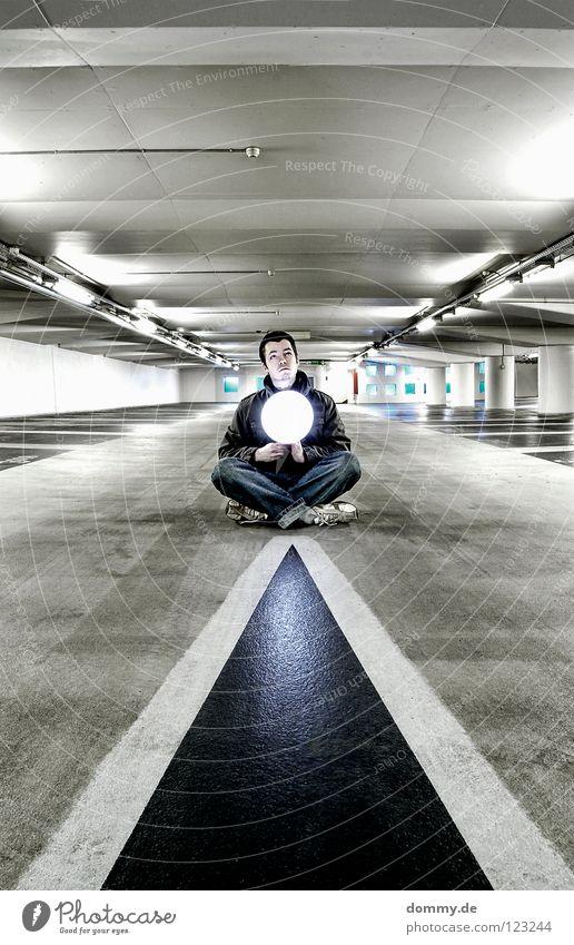 ying Mann Kerl Garage Tiefgarage Untergrund unten dunkel Leuchtstoffröhre Beton kalt Winter Beschriftung Parkplatz erleuchten Erkenntnis Schuhe Hose Jacke Hand