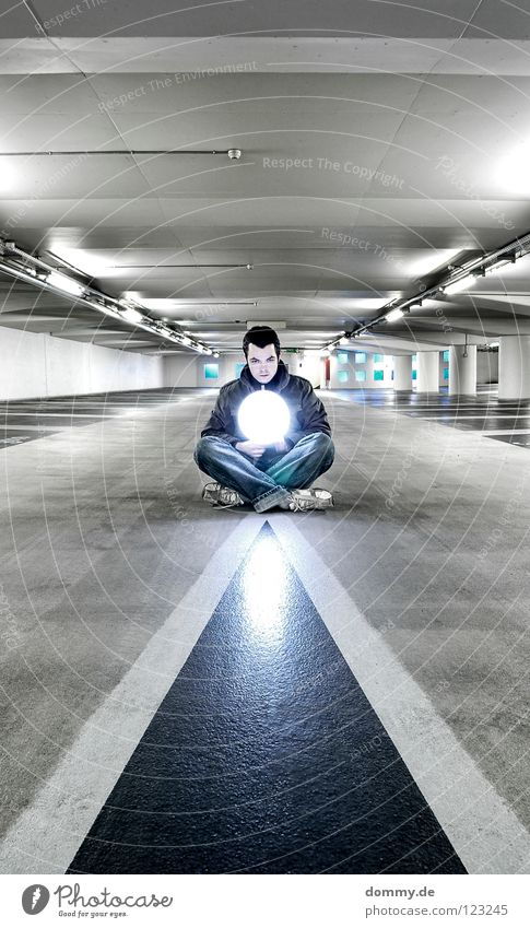 yang Mann Hand Winter Farbe kalt dunkel Lampe Schuhe Mund Haut sitzen Beton Ohr festhalten unten Kugel