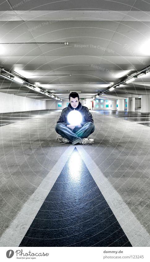 yang Mann Kerl Garage Tiefgarage Untergrund unten dunkel Leuchtstoffröhre Beton kalt Winter Beschriftung Parkplatz erleuchten Erkenntnis Schuhe Hose Jacke Hand
