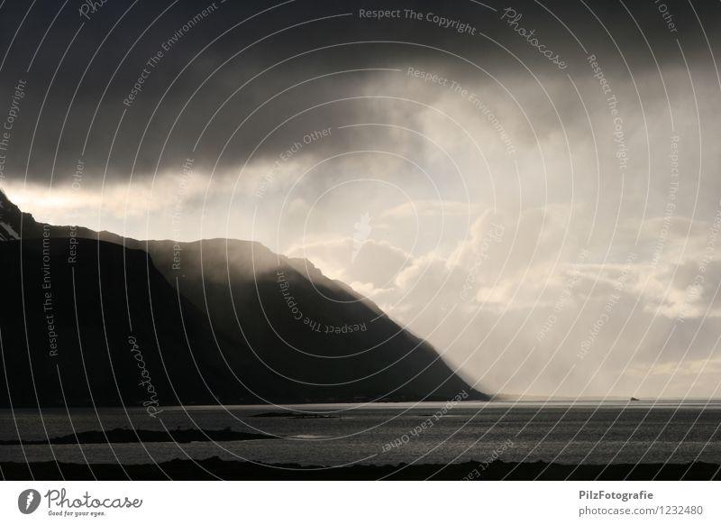 Auflockernd Landschaft Himmel Wolken Sonne Wetter Regen Felsen Berge u. Gebirge Küste Meer kalt Endzeitstimmung Natur Zeit Lofoten Norwegen Farbfoto